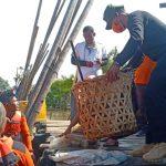 Bupati Atim  Minta Warga Jangan Buang Sampah ke Laut