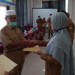 BKPSDM Abdya Serahkan SK Pensiun 15 PNS