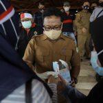 Jubir Covid Aceh Bagikan Masker kepada Pendemo
