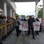 Tolak Omnibuslaw, Massa Geram Berorasi di DPRK