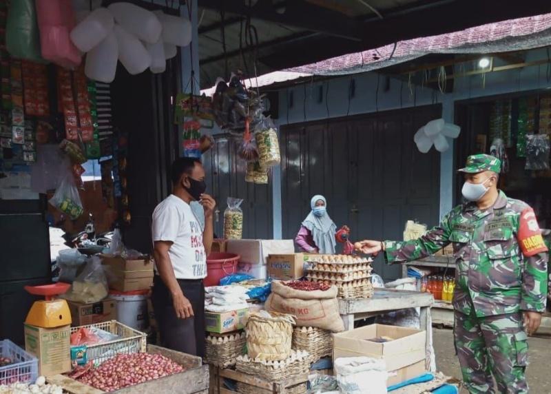 Pantau Harga Sembako, Babinsa Turun ke Pasar Tradisional